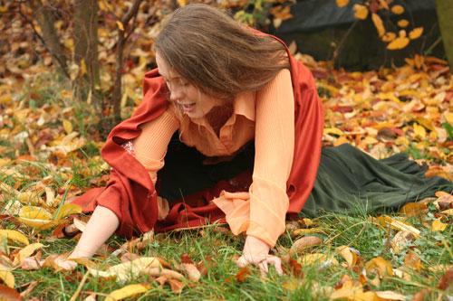 Алена:'Было бы неплохо... если...' Масяня:'На траву?' А:'Угу... только она ж такая мокрая... холодная...' М:'Ладно, мелочи жизни... и не в такой грязюке мазались:)'