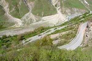 Внизу витки серпантина. Начало Крестового перевала. Автор фото: Любен