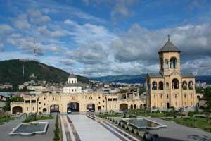 На територии кафедрального собора Цминда Самеба (Святой Троицы)в Тбилиси. Автор фото: Любен