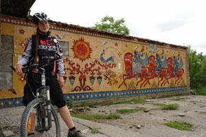 Остановка в захудалом горном селе: около 20м. стены расписано глазурью. Автор фото: Любен