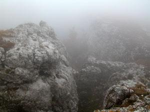 За этими скалами - высокий обрыв.
